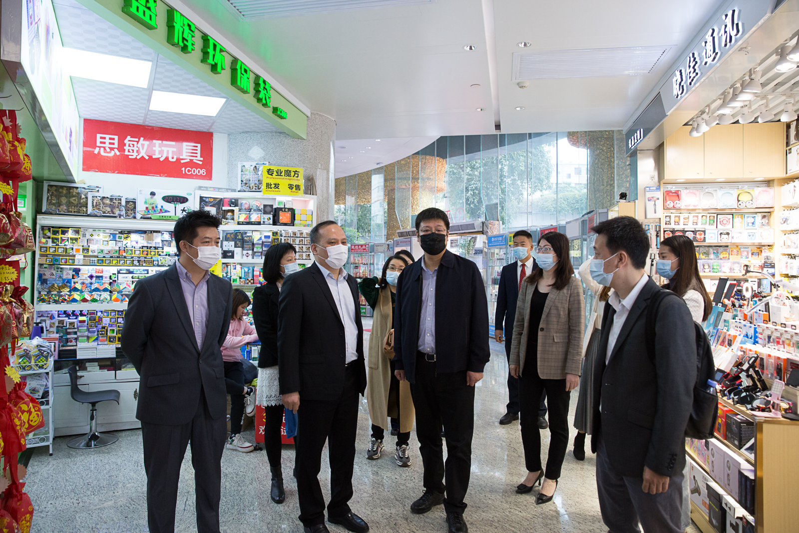 Li Gang, deputy director of the Department of circulation development of the Ministry of Commerce, visited Wanling Plaza for investigation and guidance